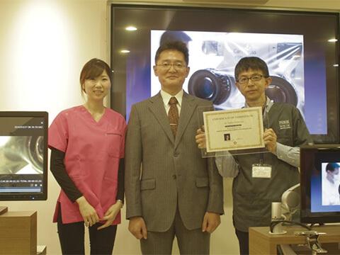 顕微鏡学会理事の三橋先生のマイクロ顕微鏡による精密コンポジットレジン充填コースを当院の歯科衛生士とともに受講