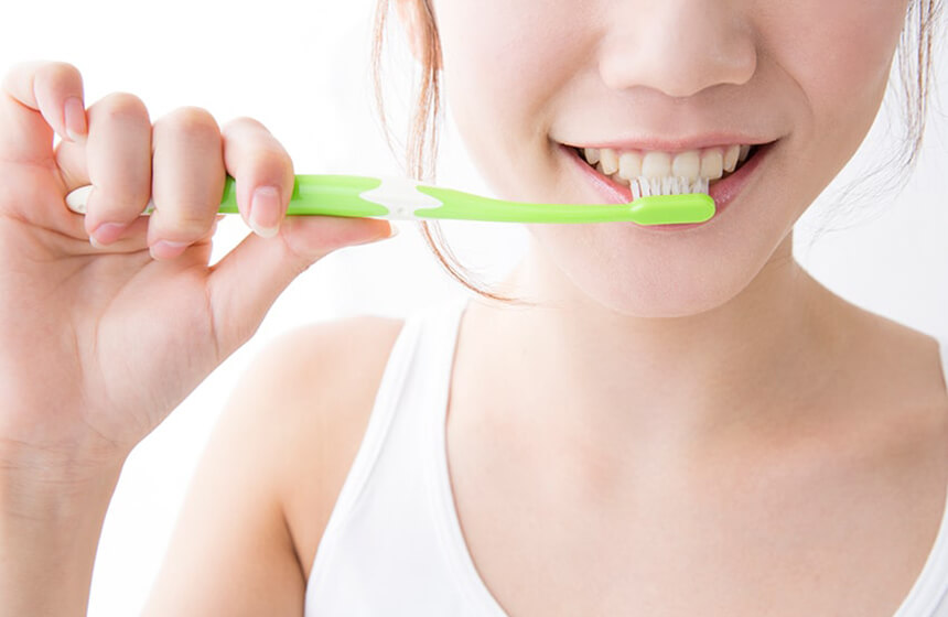 白い歯が覗く美しい笑顔に